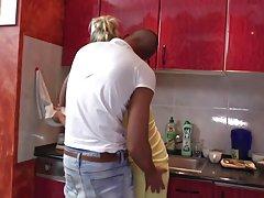 Darmowa erotyka mama bierze młody kogut w kuchnia