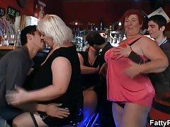 Dziewczyny z drużyny 2 szalony pulchne panienki bawią się w barze